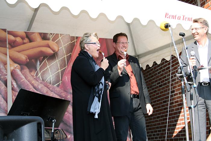 Värmlands landshövding Eva Eriksson och Kils Kommunalråd Mikael Johansson äter den första köttbullen, som serverats av Konsum Värmlands VD Steve Fredriksson, i samband med invigningen av Konsum Värmland Chark i Kil.
