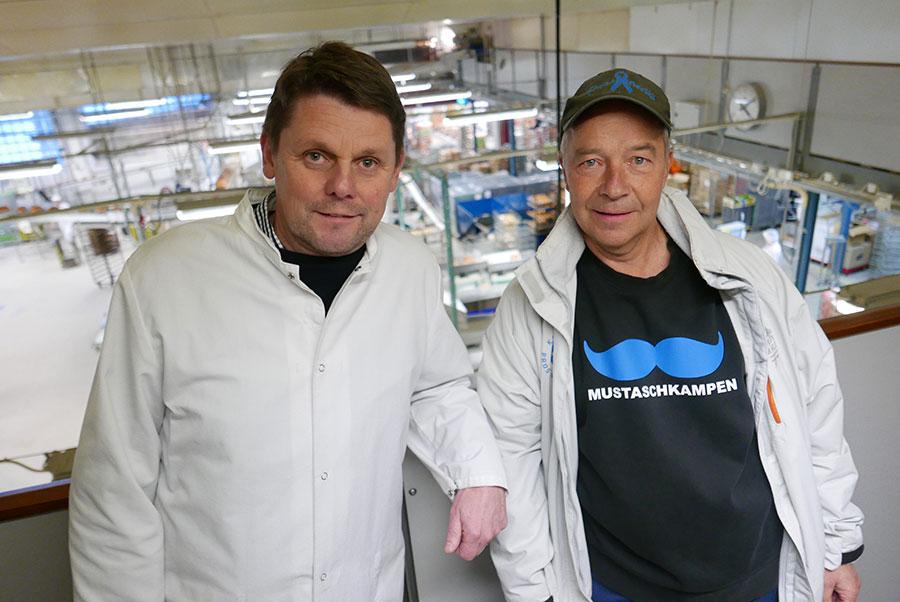 """Konsum Värmlands bagerichef Tomas Röhr (t.v) tillsammans med Håkan """"Bagarn"""" Florin från Prostatacancerföreningen i Värmland."""