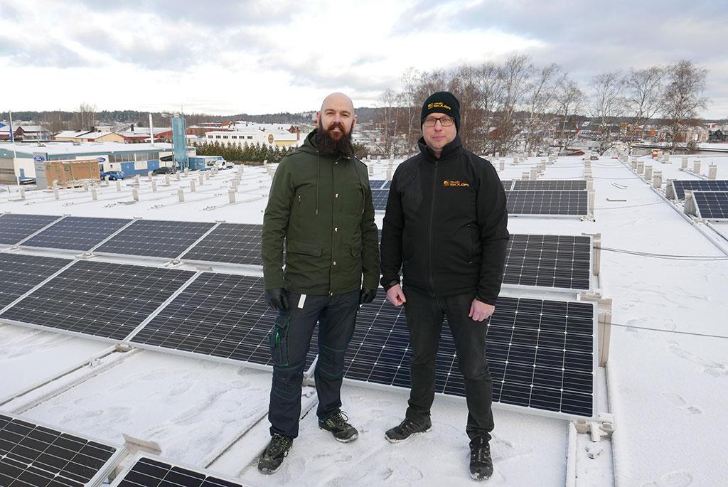 Coop Forum Kristinehamns butikschef Marcus Andersson tillsammans med installatören Håkan André från Nordic Solar.